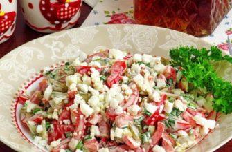 Яскравий салат з солоними огірками - рецепт
