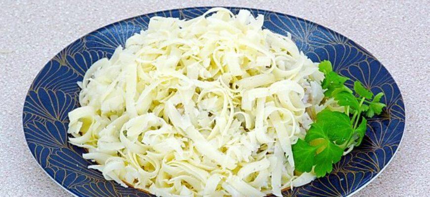 Рибний салат з рисом і солоними огірками - рецепт