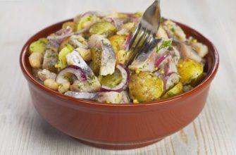 Картопляний салат з оселедцем і квасолею, рецепт приготування