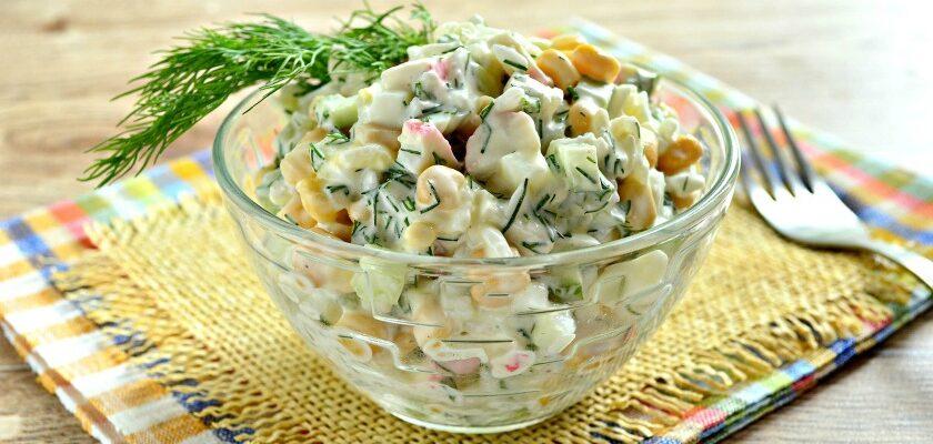 Крабовий салат зі свіжим огірком і кукурудзою, рецепт приготування