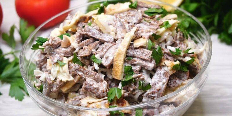 Салат з печінкою, яйцем і цибулею - рецепт приготування