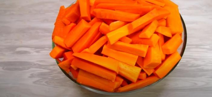 Дрібна морква у мене не пропадає, готую з неї цукати