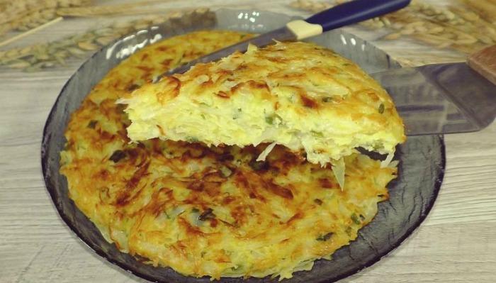 Беру 2 яйця і чверть капустини і готую смачну страву