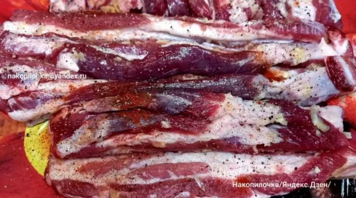 Беру свинячу черевину, рукав для запікання, прищіпки та готую делікатес на святковий стіл