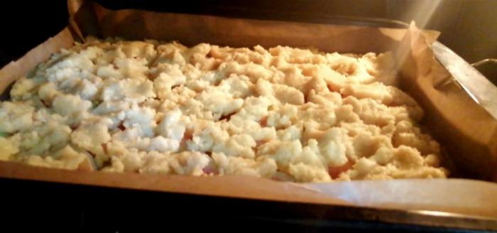 Ніжний, розсипчастий пиріг з яблуками - начинки багато, але вона не тече