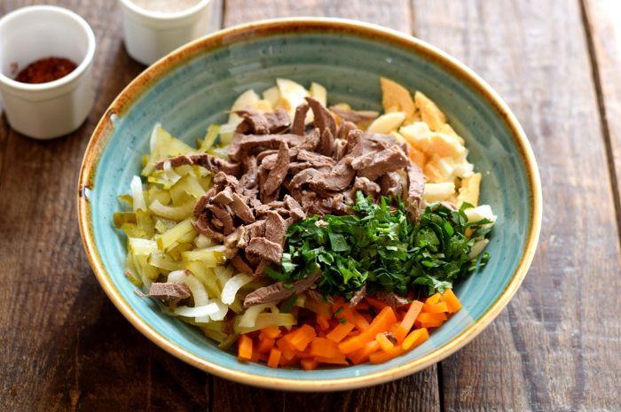 Салат з серцем і солоними огірками