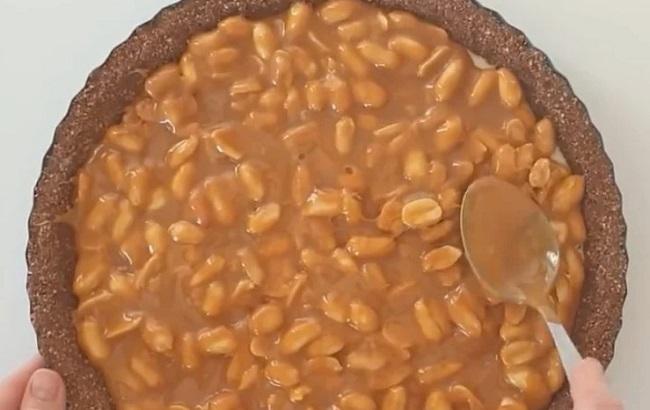 Рецепт розкішного торта Снікерса без випічки
