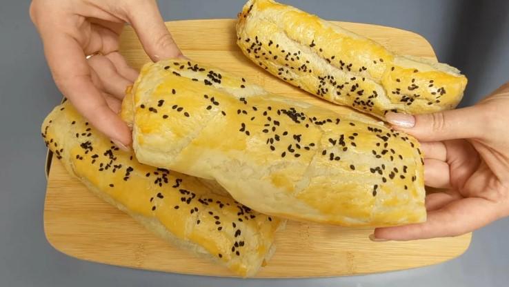 Палицю ковбаси натираю на тертці, додаю сир і в духовку: ділюся цікавим рецептом швидкої випічки