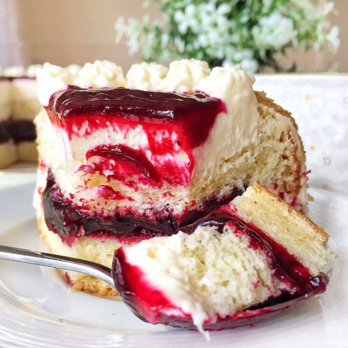 Бісквітний торт зі смородиною
