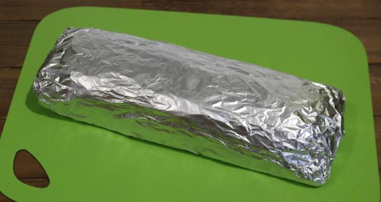 Свиняча грудинка запечена в фользі. На бутерброди буде краще будь-якої магазинної ковбаси