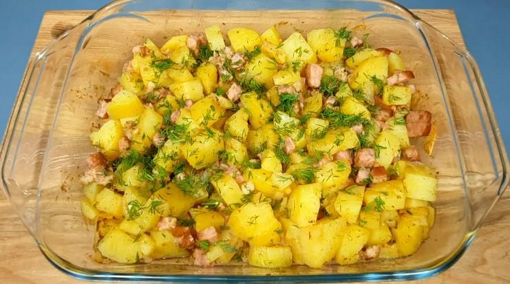 Коли вдома закінчується м'ясо, я натираю сало на тертці, додаю картоплю і готую просту страву на вечерю в духовці