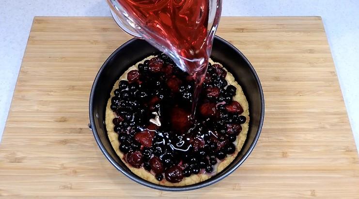 Готуємо пиріг з замороженими ягодами в домашніх умовах. Просто до чаю і для гостей замість торта