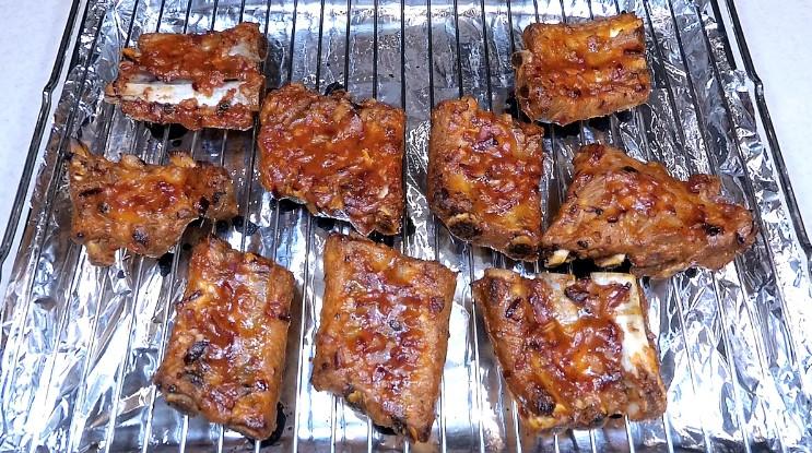 Мариную свинні реберця і запікаю в духовці. М'ясо легко відділяється від кісточок
