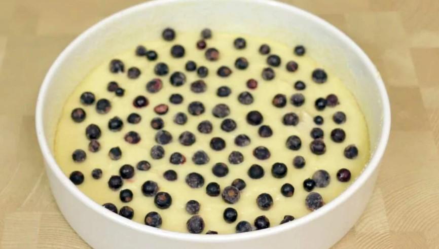 Пиріг 6 склянок з будь-якими замороженими ягодами. Пекла відразу 2, але все одно виявилося мало