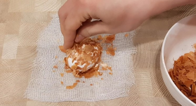 Як красиво пофарбувати яйця на Великдень цибулевим лушпинням