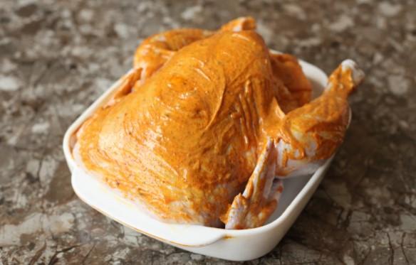 """Подруга навчила """"Замочувати"""" курку перед запіканням: і не потрібна фольга або рукав для запікання - соковитість м'яса зашкалює"""