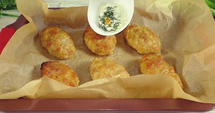 Коли мені хочеться особливо смачних котлет, я готую їх в духовці, а до них смачний соус