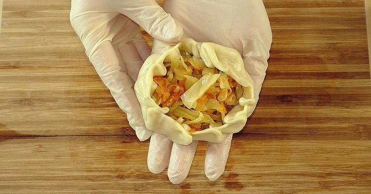 Просто викладаю капусту на тісто з борошна і води: не дорого, не клопітно і дуже смачно