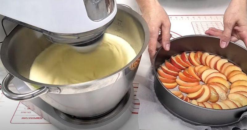 Яблучна шарлотка: тепер ще смачніша. Швидкий пиріг з простих складових