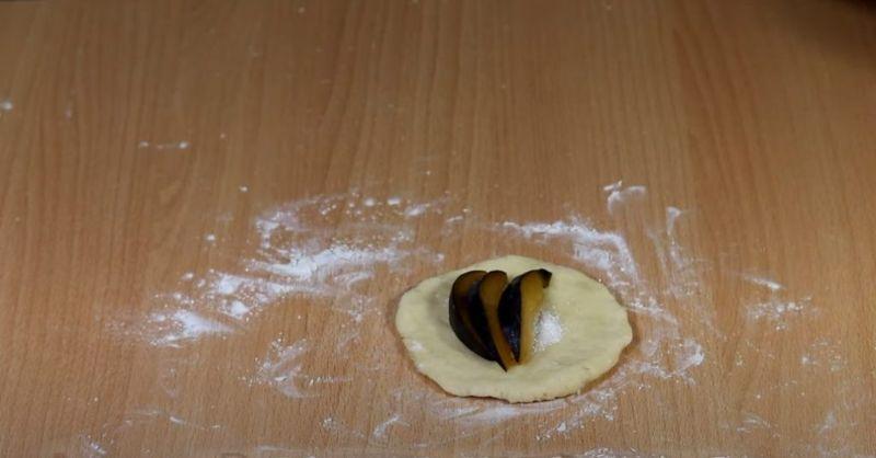 Пиріжки з сливами на сирному тісті. Рецепт простий, швидкий і бюджетний