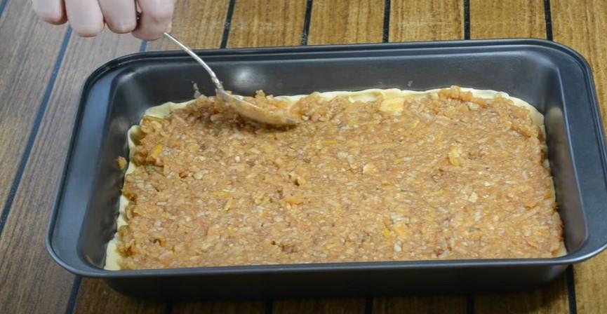 Простий пиріг на кефірі: яблучна начинка перетворюється в бурштиновий мед